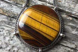 Hechizos para hacer amuletos (sencillos y necesarios)