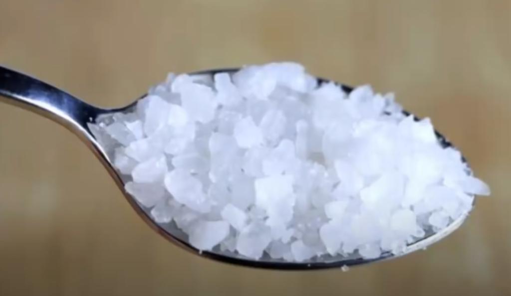 Ritual con sal gruesa contra la envidia